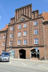 Expressionistische Backsteinarchitektur - Ziegelfassade eines mehrstöckigen Wohnhauses in Wittenberge.