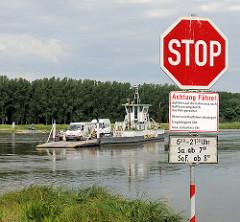 Gierseilfähre über die Elbe bei Werben - Schild mit Betriebszeiten.