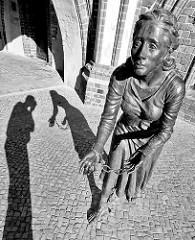 Bronzeskulptur der Grete Minde am historischen Rathaus von Tangermünde; Bronzeplastik, Lutz Gaede / 2009. Grete Minde wurde 1617 für einen Grossbrand in der Stadt verantwortlich gemacht und grausam hingerichtet.