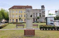 Renoviertes und verfallenes Wohnhaus - alt + neu; Bilder aus Wittenberge; Goethedenkmal auf dem Goetheplatz; 2011 eingeweiht - Bildhauer Guntram Kretschmar...