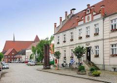 Rathaus am Markt in der Hansestadt Werben; im Hintergrund die St. Johanniskirche.