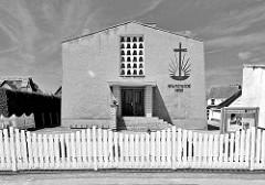 Schwarz-weiss Motiv, Gebäude der Neuapostolischen Kirche.
