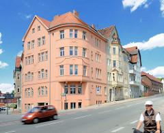 Mehrstöckige Wohnhäuser - Architekturstil Historismus / Jugendstil - restaurte und verfallene Gebäude in der Hansestadt Havelberg.
