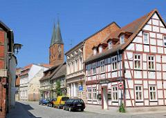Fachwerkhäuser in der Hansestadt Stendal, Strasse Altes Dorf - im Hintergrund die Türme der St. Marienkirche.