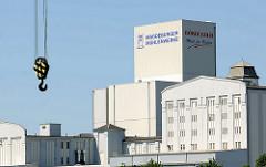 Weisse Industriearchitektur im Magdeburger Hafen - Gewebegebiet am Handelshafen - Magdeburger Mühlenwerke; Kranhaken.