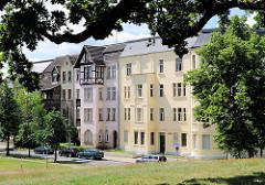 Gründerzeit - Architektur in Wittenberge; mehrstöckige restaurierte Wohnblocks.