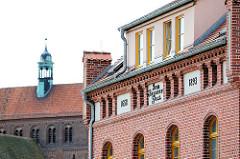 Beguinenhaus beim Havelberger Dom - Jahreszahlen 1658 / 1893; im Hintergrund Dach des Doms St. Marien.