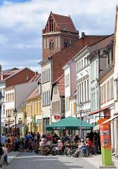 Historische Geschäftshäuser, Kirchturm der St. Jakobikirche - Eisgeschäft / Cafè in der Fussgängerzone Bäckerstrasse in Perleberg.