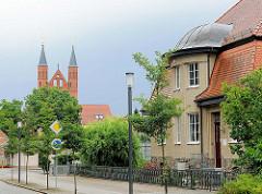 Stadtvilla - Gründerzeitvilla in der Bahnhofstrasse von Kyritz - Kirchtürme der St. Marienkirche.