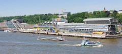 Blick auf das Kreuzfahrtterminal Hamburg Altona / Bürohäuser an der van der Smissen Strasse - ein Binnenschiff fährt elbabwärts.