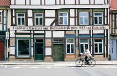 Fachwerkhaus in Salzwedel - Fassadenbeschriftung CONDITOREI, BÄCKEREI UND BONBONFABRIK GEGR. 1822 VON DIETRICHS.