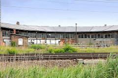 Historischer Lokschuppen in Salzwedel, Bahngleise.