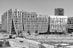 Blick auf die modernen Neubauten in der Hamburger Hafencity - lks. das Sumatrakontor, re. das 25h Hotel Hafencity.