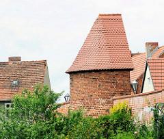Dächer und Stadtmauer mit Turm von Kyritz.