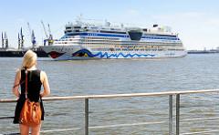 Seitenansicht des 241 langen Kreuzfahrtschiffs AIDAluna im Hamburger Hafen.