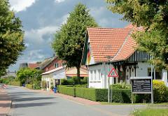 Wohnhäuser in der Dorfstrasse von Seestermühe, Kreis Pinneberg.