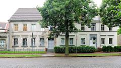 Einstöckiges Wohnhaus in Kyritz - eine Hälfte ist restauriert und bewohnt, die ander verfallen und unbewohnt, verlassen.