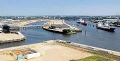 Luftaufnahme vom Baakenhafen und der Norderelbe - Auflieger / temporär stillgelegte Frachtschiffe liegen an Dalben in der Flussmitte. Im Vordergrund die Einfahrt zum Magdeburger Hafen.