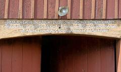 Inschrift auf dem Türbalken eines Bauerhofs in Seestermühe: HERR ICH LASSE DICH NICHT DU SEEGNES MICH DENN DER HERR IST MEIN HIRTE MIR WIRD NICHTS MANGELN MICHAEL HAGEMAN MARGETHA HAGEMANN ANNO 1781 - 14 JUNY.
