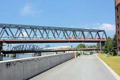 Elbrandweg in Hamburg Rothenburgsort - der Fernradwanderweg führt entlang der Elbe von Tschechien bis Cuxhaven. Brücken über den Oberhafenkanal, Billehafen.