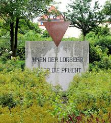 Ehrenmal der Vereinigung der Verfolgten des Naziregimes (VVN) in Kyritz; Inschrift: IHNEN DER LORBEER - UNSER DIE PFLICHT.