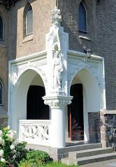 Marienstatue am Eingang - Katholische Hlg. Geist Kirche in Kyritz, erbaut 1912 - Architekt Josef Welz - neuromanische und neugotische Stilelemente.