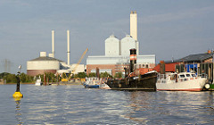 Boote am Anleger in der Billwerder Bucht in Hamburg Rothenburgsort - im Hintergrund das Kraftwerk in Hamburg Tiefstack.