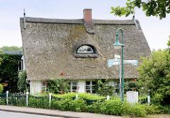 Strohdachkate mit Bauerngarten  - Wohnhäuser in Seestermühe, Kreis Pinneberg.