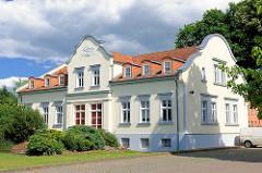 Restaurierte Gründerzeitvilla, weisse Fassade Stuckelemente - Bilder aus der Hansestadt Perleberg.