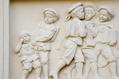 Relief Schulkinder Jungs / Knaben über einem Eingang der Goethe Schule in Kyritz.