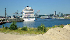Das Kreuzfahrtschiff AIDAluna hat als erstes Schiff am Kronprinzkai im Hamburger Hafen festgemacht - bis 2015 soll für ca. 80 Mio. Euro das Terminal entstehen.