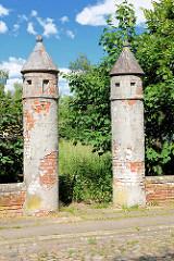Verfallene Ziegelsäulen - Reste einer Mauer der Stadtkaserne Perleberg.