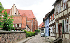 Fachwerkgebäude bei der St. Marienkirche in der Hansestadt Salzwedel.