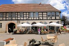 Fachwerkgebäude - Reste des St. Annen Klosters in Perleberg, jetzt Restaurant mit Aussengastronomie.