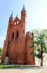 Pfarrkirche St. Marien in der Hansestadt Kyritz - zu Beginn des 18. Jhd. als Dreihallenkirche errichtet - 1850 Westgiebel mit zwei Türmen.