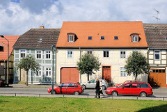 Historische Architektur / Wohnhäuser in der Johann Sebastian Bach Strasse von Kyritz.