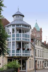 Turm / Erker, Neubau eines Wohnhauses in Salzwedel - im Hintergrund der alte Wasserturm - neugotischer Bau von 1903.