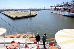 Blick vom Heck der AIDAluna beim Anlegemanöver am Kronprinzkai im Hamburger Kaiser Wilhelm Hafen - re. ein Containerschiff am Container Terminal Tollerort.