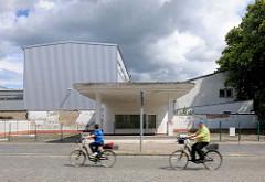 Alte Tankstelle der 1960er Jahre am Stärkewerk von Kyritz; FahrradfahrerIn.