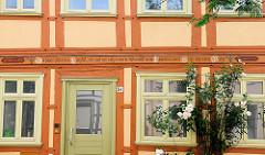 Historische Hausfassade - Inschrift im Fachwerkbalken.