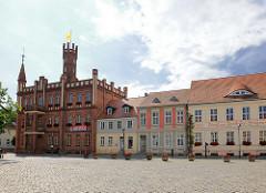 Marktplatz der Hansestadt Kyritz - lks. das Rathaus,  erbaut 1879 im Tudorstil.