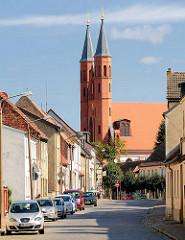 Blick durch die Holzhausener Strasse zur Kyritzer Pfarrkirche St. Marien.