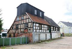 Historisches Gebäude einer alten Wassermühle, Fachwerkgebäude in Kyritz an der Knatter.