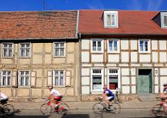 Fachwerkhäuser alt + neu - Rennradfahrer; Johann-Sebastian-Bach-Strasse in Kyritz.