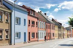 Einstöckige Wohnhäuser mit unterschiedlich farbigen Fassaden - Architektur in Perleberg / Brandenburg.
