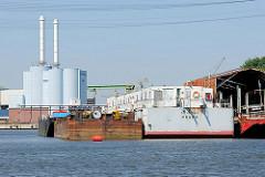Wohnschiff PRAHA; alte Schute; Billwerder Bucht - Holzhafen, Hamburg Moorfleet - im Hintergrund das Heizkraftwerk Tiefstack.