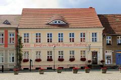 Gebäude am Marktplatz von Kyritz - Aufschrift 1666 Königl. priv. Apotheke - Drogen-Handlung.