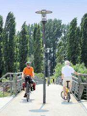 Elbrandweg in Hamburg Rothenburgsort - der Fernradwanderweg führt entlang der Elbe von Tschechien bis Cuxhaven. Fussgängerbrücke, Fahrradbrücke über den Haken, ehem. Hafen in Hamburg Rothenburgsort.