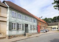 Fachwerkhaus in Kyritz - im Hintergrund ein Gebäude des ehem. Franziskanerklosters in Kyritz.