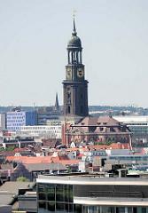 Blick über die Dächer Hamburgs zur Kirche St. Michaelis / Michel, dem Wahrzeichen Hamburgs.